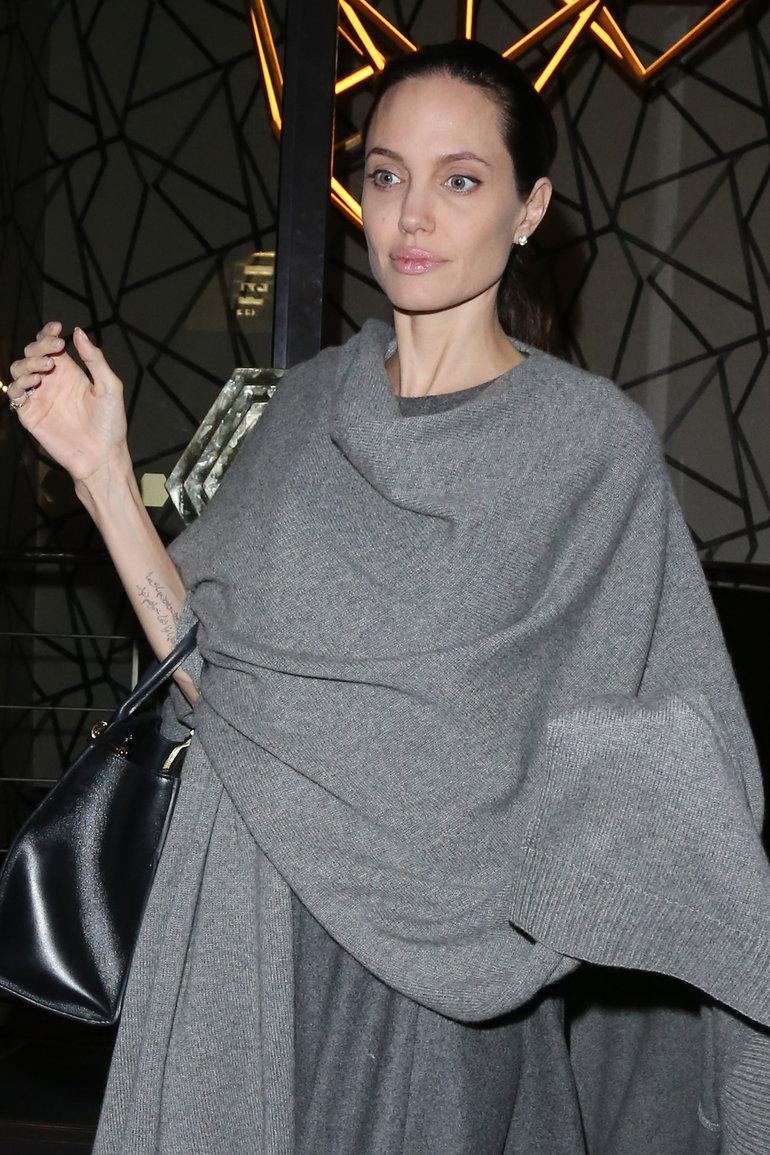 Анджелина Джоли выходит в свет, пытаясь развеять слухи о болезни. Убедительно ли?