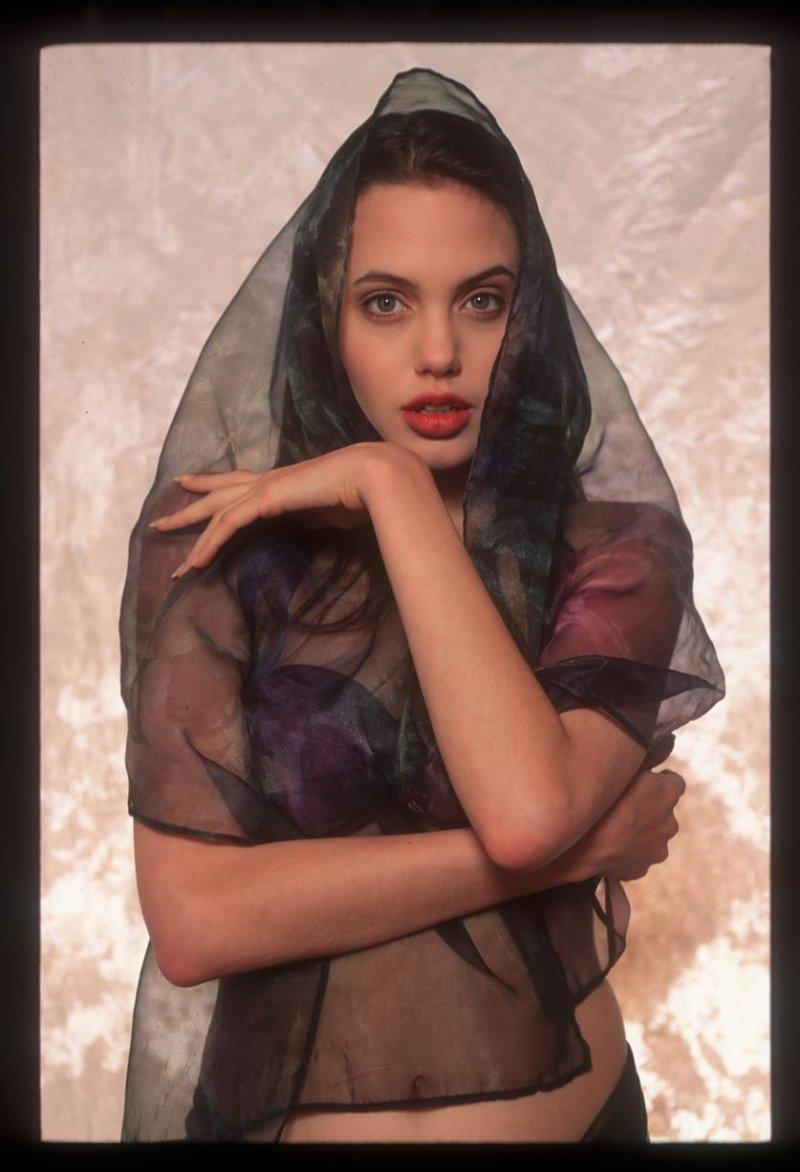 Фотосессия 16-летней Анджелины Джоли взорвала Сеть