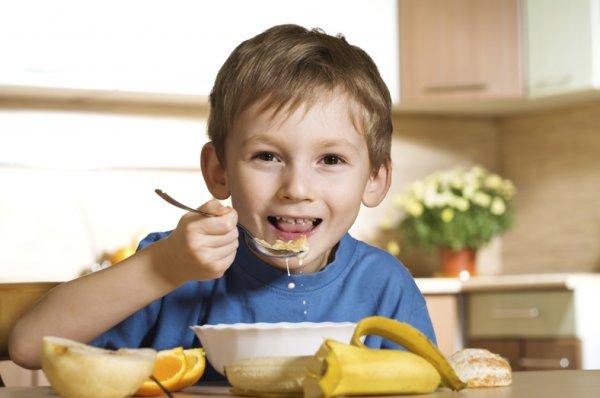 Диетологи составили перечень нежелательных продуктов на завтрак для детей