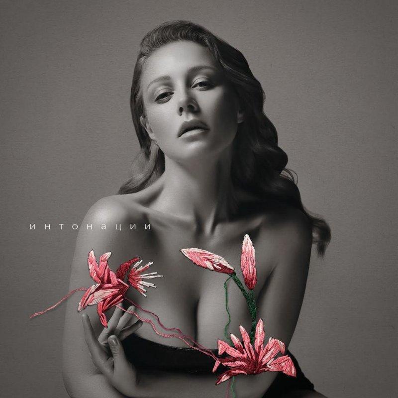 Тина Кароль оголила грудь для обложки нового альбома